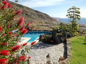 Feel-good holiday apartment with private pool, garden, WiFi & view