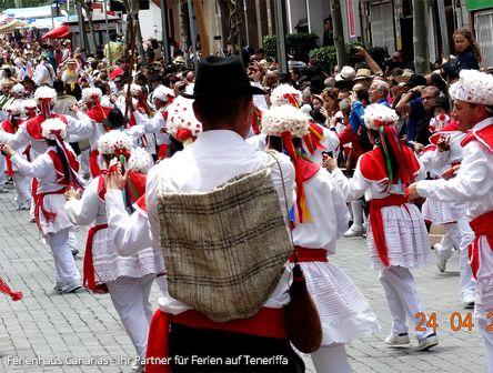 Fiesta in Tegueste auf Teneriffa - Musikgruppe in Folklore tanzt durch die Strassen