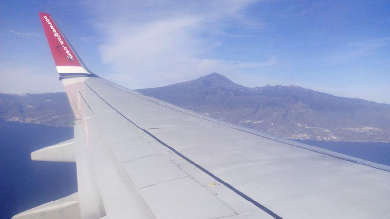 Blick vom Flugzeug auf die Insel Teneriffa + den Teide