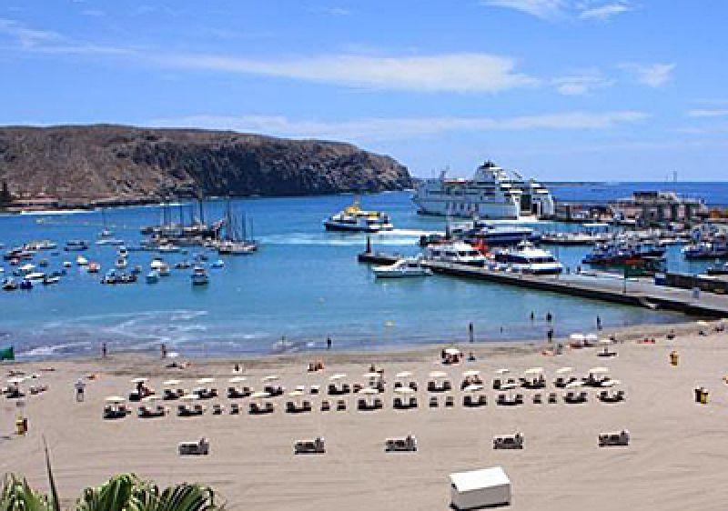 Blick auf die Fähre am Hafen von Los Cristianos