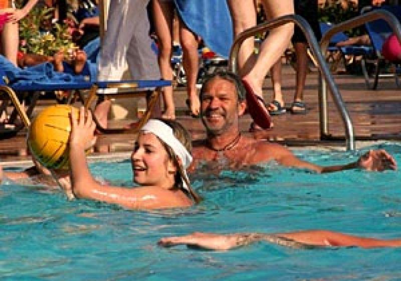 Familienurlaub auf Teneriffa - Blick auf eine Familie im Pool