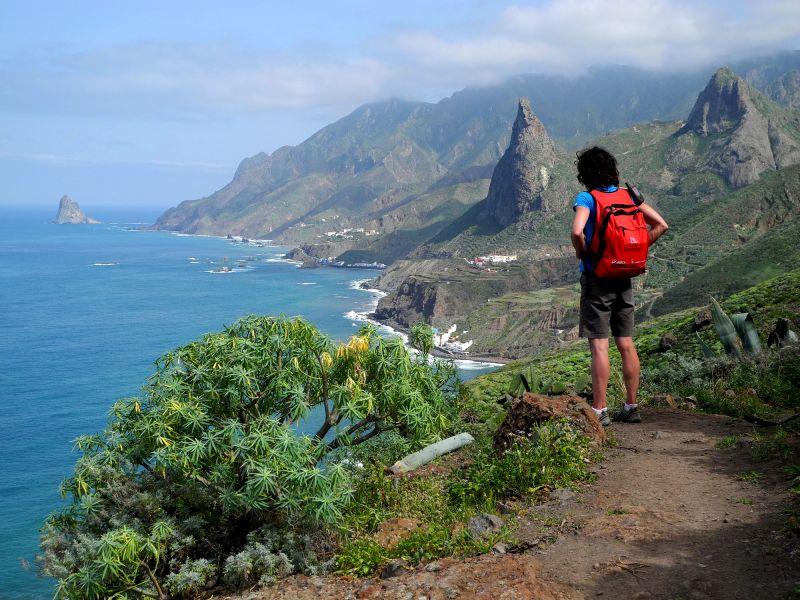 Eine Wanderin im Anagagebirge blickt auf die Küste & Atlantik