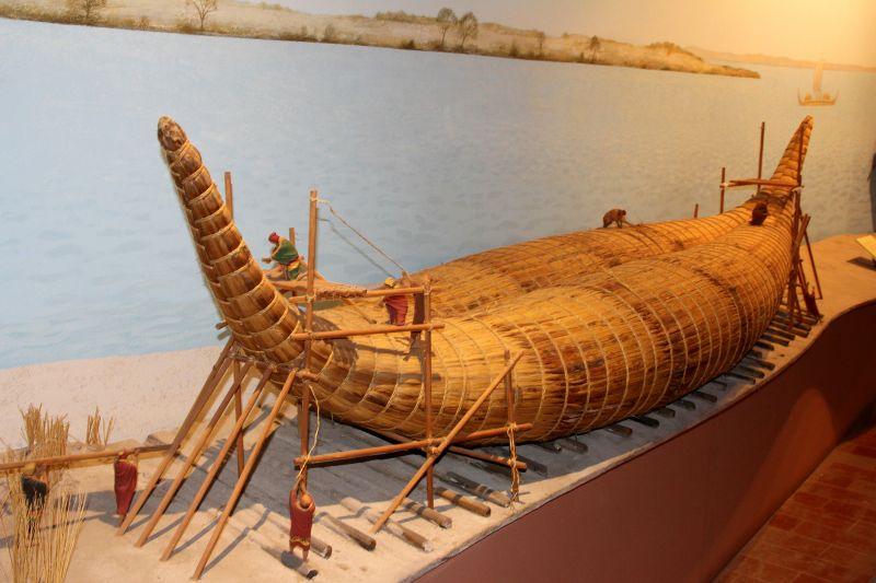 Blick auf die Kon-Tiki in der Pyramide von Güimar
